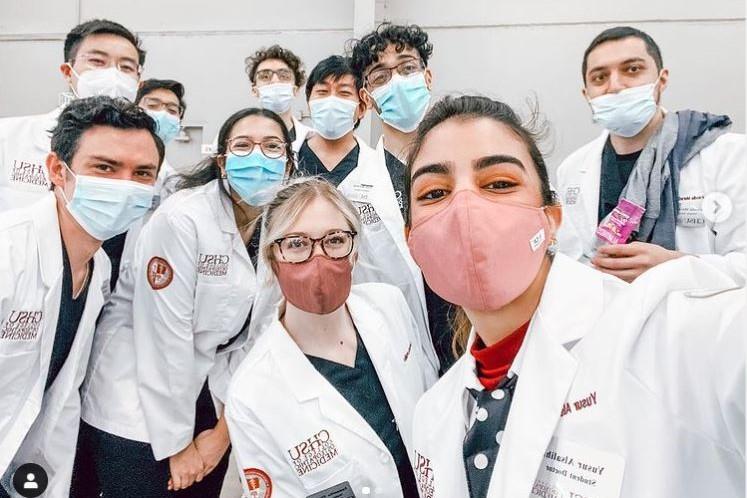 COM Students pose for a team selfie.